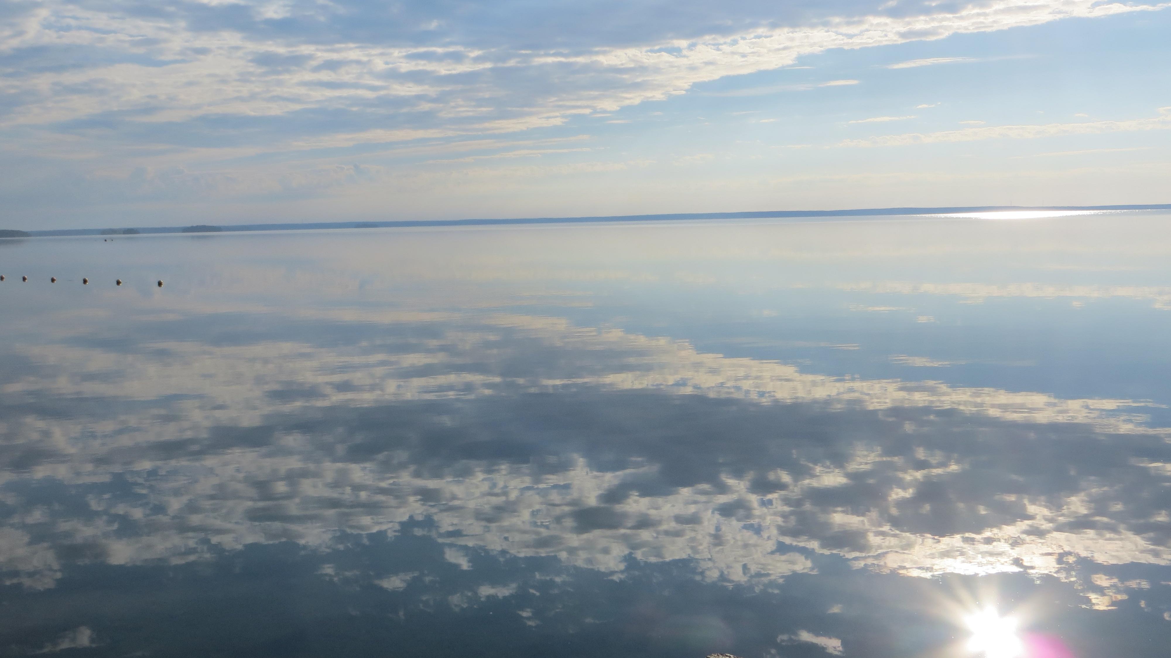 Панорама на озеро  с пляжа