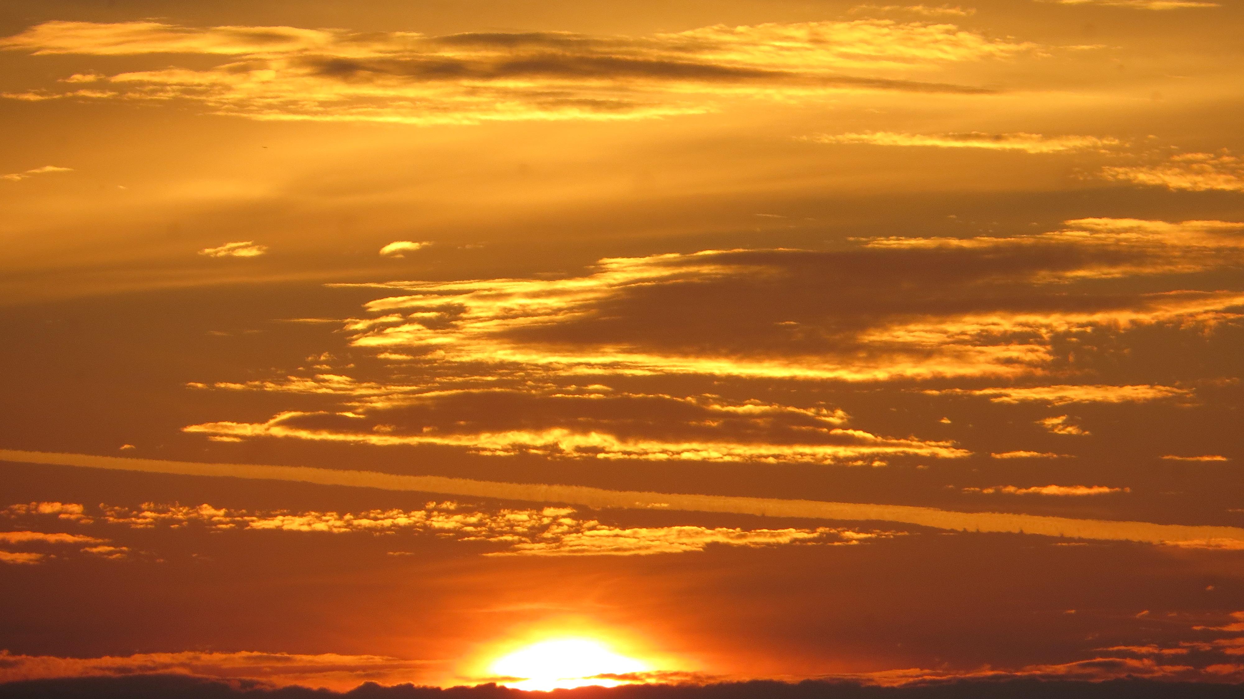 Восход солнца над озером
